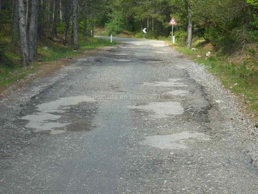 La route continue à être en mauvais état