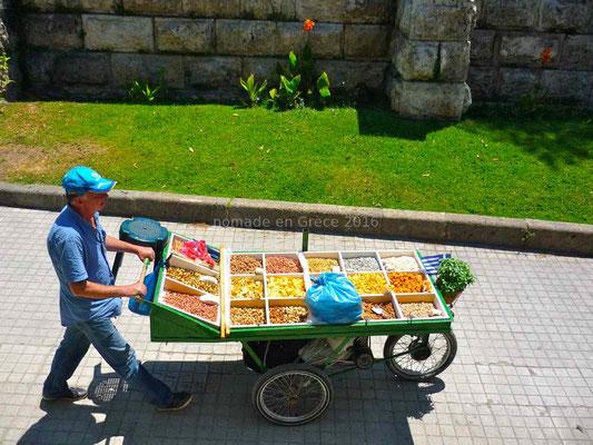 Vendeur ambulant d'épices et de fruits secs