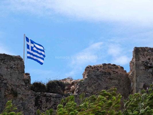 """Le drapeau grec flotte sur le """"kastro"""""""