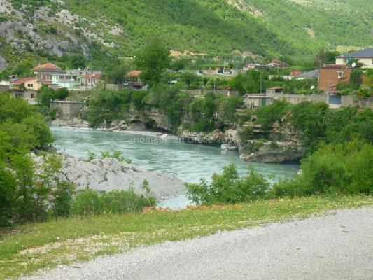 La rivière a creusé des cavernes dans les berges