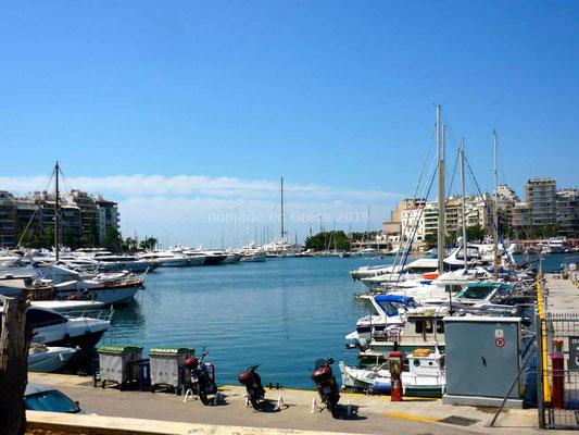 Dans le port du Pirée les yachts rivalisent d'élégance