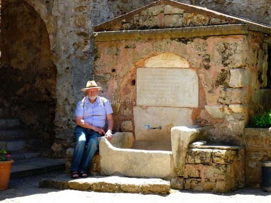 Mystras - La fontaine à l'aigle byzantin