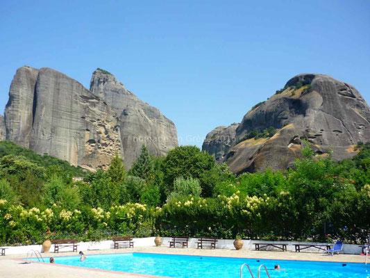 La piscine du camping Vrachos Kastraki avec vue sur les Météores
