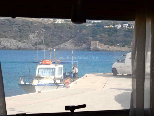 De notre fenêtre nous voyons les pêcheurs revenir