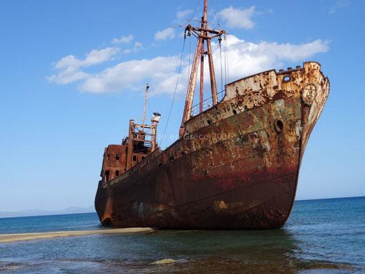 Sur la plage un cargo, le Dimitrios est échoué. Il a donné son nom à la plage.