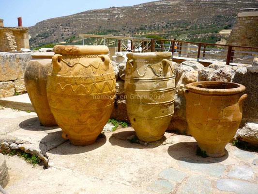 Jarres retrouvées dans les magasins de Knossos