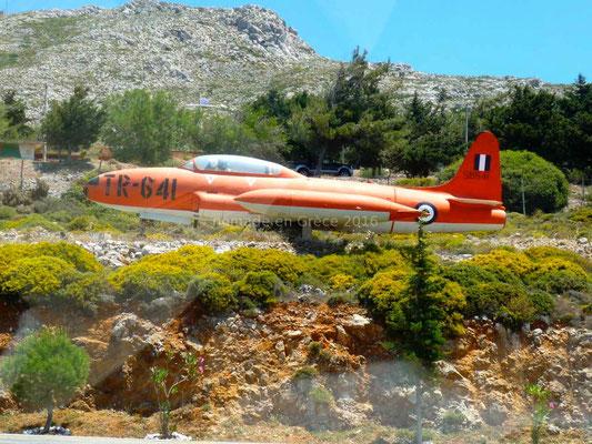 A l'entrée d'une base militaire (défense de photographier!) un vieil avion à cocarde tricolore est exposé.