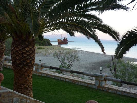 La plage et le cargo vus du restaurant.
