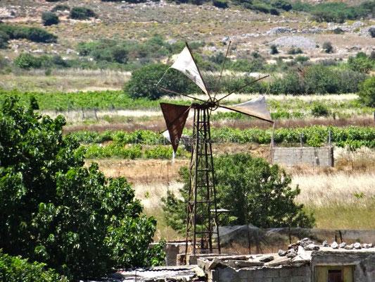 De temps en temps une éolienne est en fonctionnement mais la plupart sont inactives