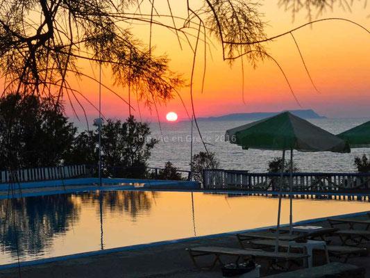 Coucher de soleil sur la piscine du camping de Sissi