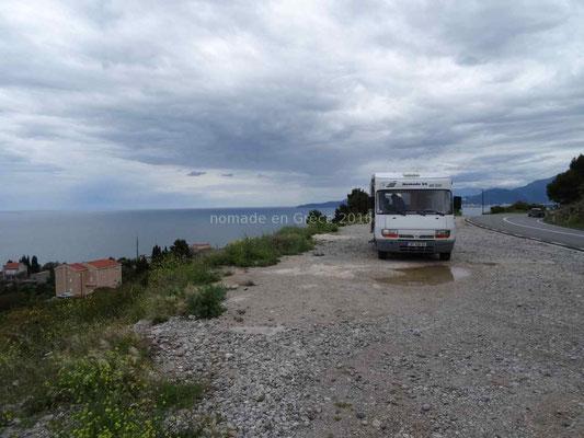 Pause déjeuner au Monténégro sous un ciel chargé.