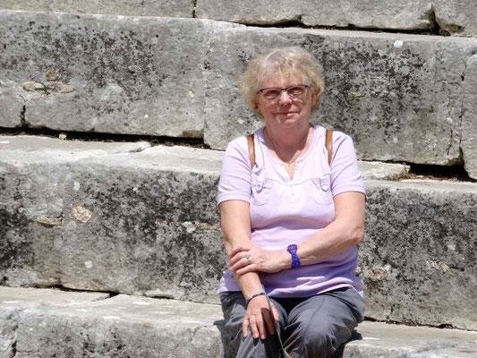 Assise sur les marches du théâtre antique (IIIe siècle)