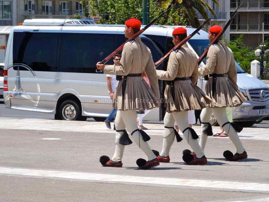 Les evzones portent une jupe appelée fustanelle