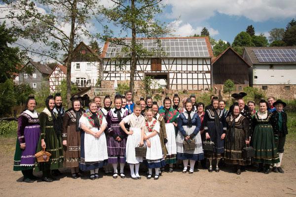 Die Burgwaldskälwer mit Gästen aus befreundeten Trachtengrupppen