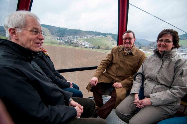 Aufwärts mit der Seilbahn: Propst Helmut Wöllenstein, Bischof Dr. Martin Hein, Dekanin Eva Brinke-Kriebel
