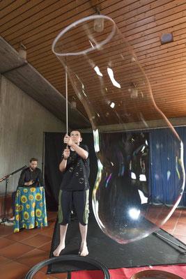 Tjark Tittel schuf auf der Handpan verträumte Klänge zu den Seifenblasenkünsten von David Friedrich