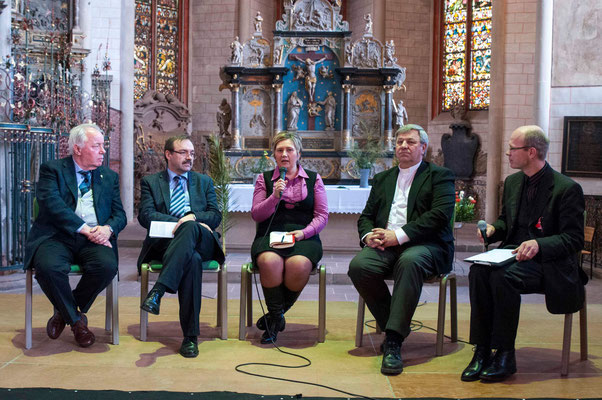 Podiunsdiskussion (vlnr): Pfr. Guiseppe Platone (Mailand/Italien), Prof. Dr. Sándor Fazakas, Janka Adameova, Pfr. Ingmar Kurg, Pfr. Oliver Uth (Moderation)