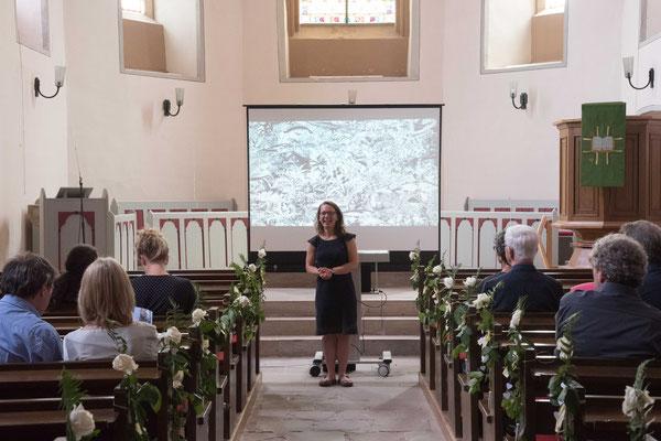 Rebeckka Oellermann moderierte die Vorträge in der Kirche an