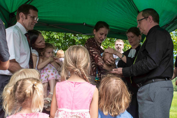 Pfarrerin Anja Fülling (Josbach) tauft ein Baby