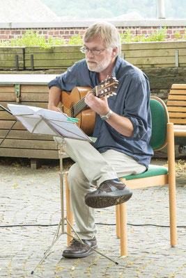 Uli Thome spielt zwischen den Texten Flamencos und klassische Gitarrenstücke