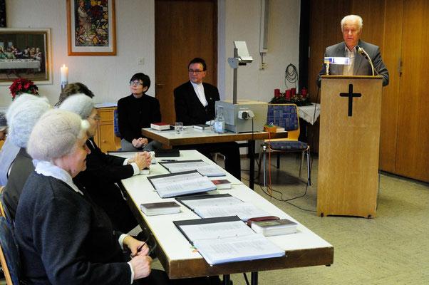 Gottesdienst; vorne: Chormitglieder;  hinten: Dr. Gudrun Neebe, Bischof Hein; am Pult: Rudolf Martens