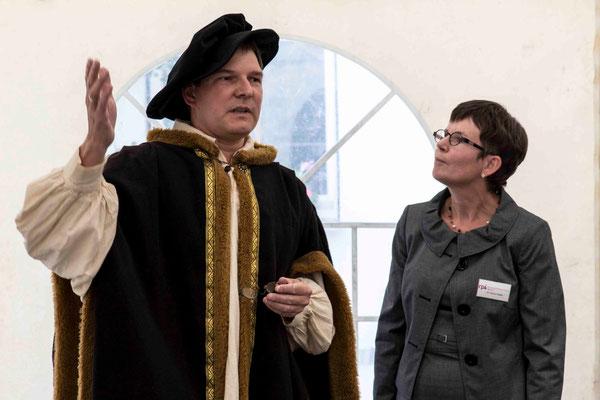 Ein Gast über die Jahrhunderte: Philipp Melanchton mischte sich immer wieder mit lobenden Worten in die Veranstaltung ein. Hier im Gespräch mit Direktorin Dr. Gudrun Neebe