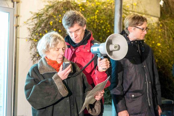 Anette Pries forderte ein Bürgerbündnis für Gastfreundschaft und Hilfe gegenüber Flüchtlingen. Daneben Dr. Peter Koswig (m.) und Deutschendorf (r.)