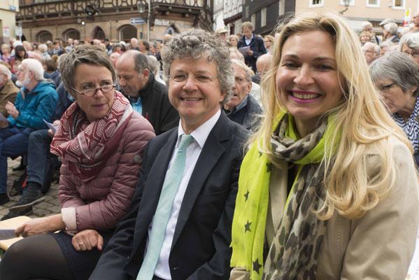 Landrätin Kirsten Fründt (von links). Bürgermeister Franz Kahle und Präses der Kreissynode Nadine Bernshausen