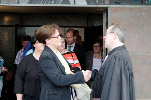 Glückwünsche und Abschied an der Kirchentür