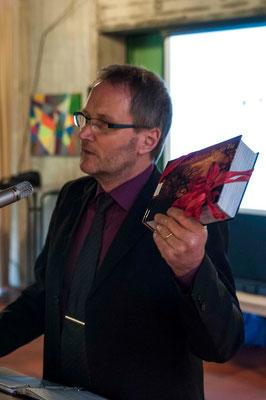 Pfarrer Bernd Müller mit Präsent für den Partnerschaftsbeirat
