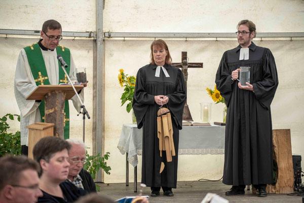 Symbolhandlungen zu Erde, Luft und Wasser (Pater Norbert Rasim, Dekanin Petra Hegmann, Pfarrer Matthias Brinkmann)