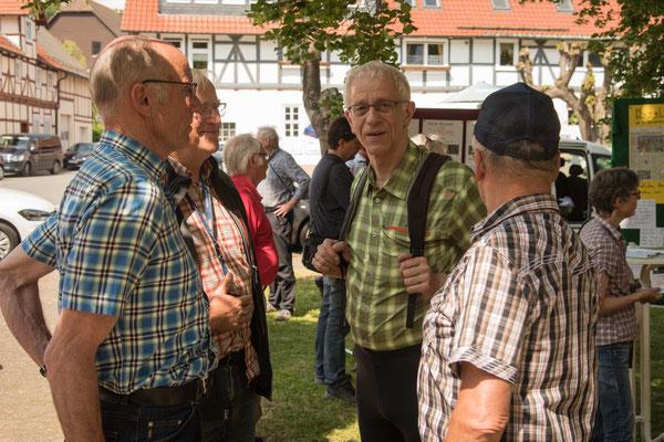 Propst Helmut Wöllenstein (mitte) im Gespräch mit anderen Radlern