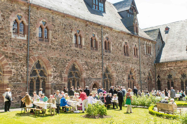 Mittagessen im Klostergarten