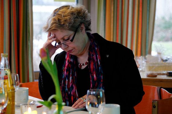 Erste Kreisbeigeordnete Susanne Selbert bereitet sich auf den Vortrag vor
