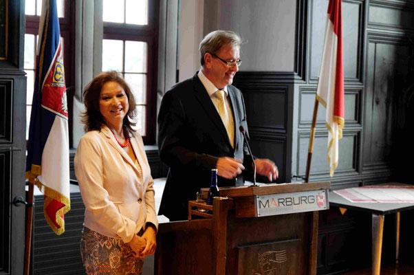 Oberbürgermeister Egon Vaupel und Übersetzerin Marico Engel vom Ausländerbeirat