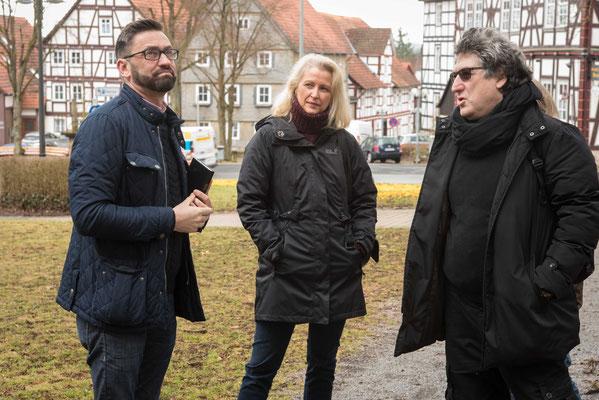 Dieter Dersch, Hessentagsbeauftragter und Petra Schwermann, Öffentlichkeitsbeauftragte der EKKW mit Michael Lazar, Fa. Makom 3.0, Außenwerbung