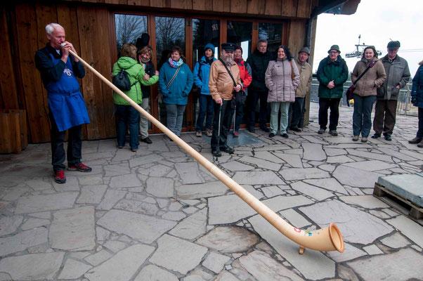 Hüttenwirt Siggi begrüßt die Gruppe in der Berghütte