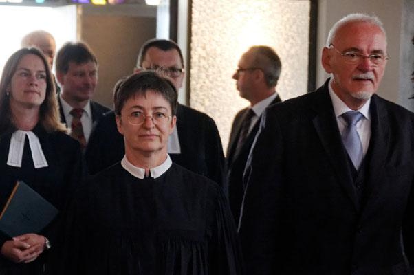 Einzug Pfarrerin Evelyn Koch, Pfarrerin Annette Hestermann, Stellv. Vorsitzender des KV Cölbe Helmut Orthwein (v.l.n.r.)