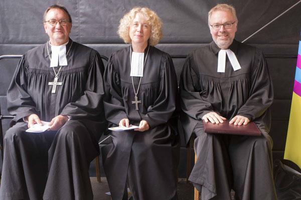 Bischof Prof. Dr. Martin Hein (von links), Prälatin Marita Natt und Dekan Burkhard zur Nieden beim Abschlussgottesdienst