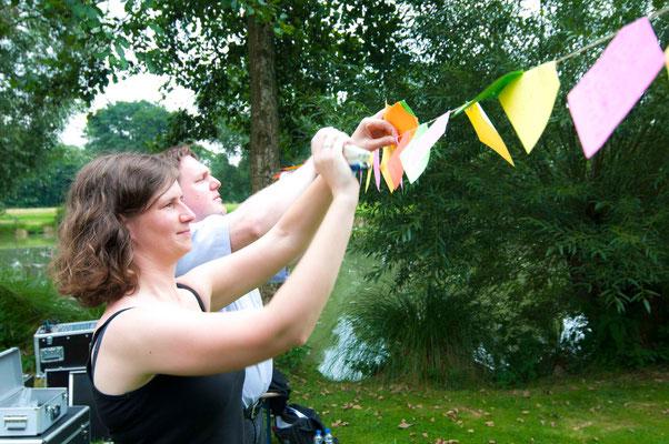 Anja Fülling und Helfer beim Aufhängen der guten Erfahrungen von Gemeinde