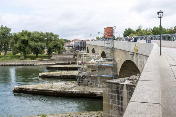 Die Steinerne Brücker während der Renovierung