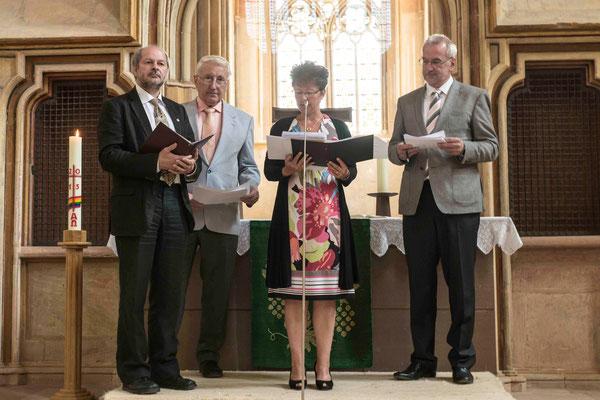 Dieter Lomb (v.l.n.r.), Wilhelm Happel (Schreinermeister), Manuela Pilger (vom gleichnamigen Dachdeckergeschäft), Gerhard Prühl (Geschäftsführerer der Kreishanderwerkerschaft Korbach)