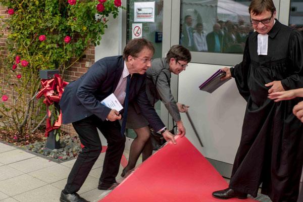 Am Anfang klemmte es etwas. Der Teppich blockierte die Tür. Studienleiter Michael Dorhs und Direktorin Gudrun Neebe behoben das Problem ganz souverän.