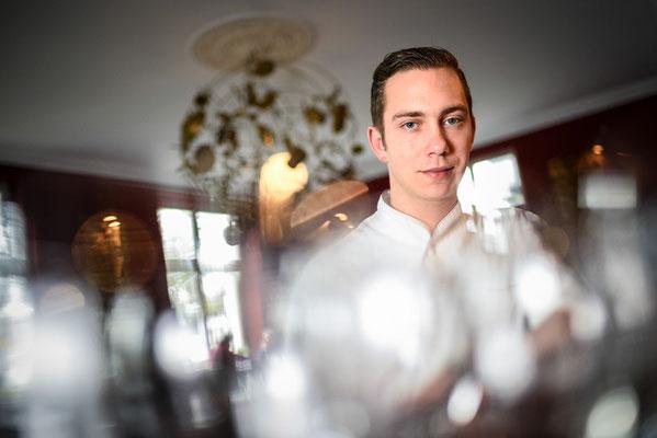 Ein Koch posiert für ein Portrait in seinem Restaurant.  Corporate-Fotografie, Businessportrait