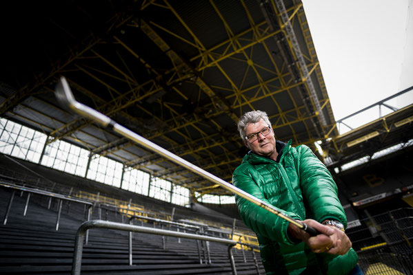 Norbert Dickel posiert für ein Portrait mit einem Golfschläger auf der Süd Tribüne des BVB