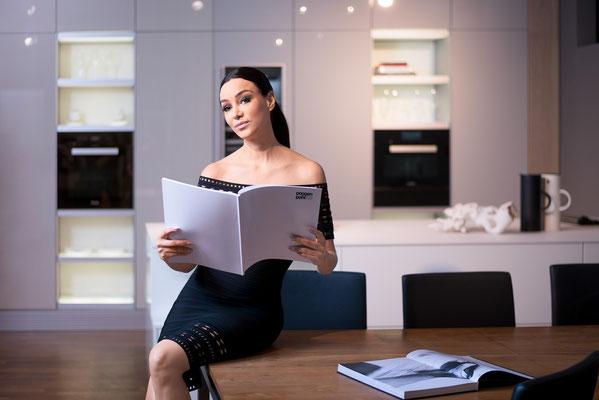 Verona Pooth posiert für ein Portrait in einer Poggenpohl Küche. Corporate-Fotografie, Businessportrait Portrait