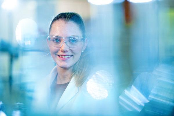 Portrait einer Mitarbeiterin an ihrem Arbeitsplatz im Labor. Corporate-Fotografie, Businessportrait