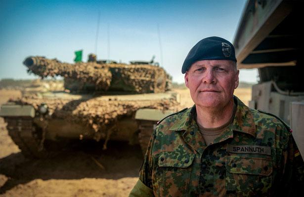 Der deutscher Bundeswehr General Ullrich Spannuth steht vor einem Panzer Leopard 2