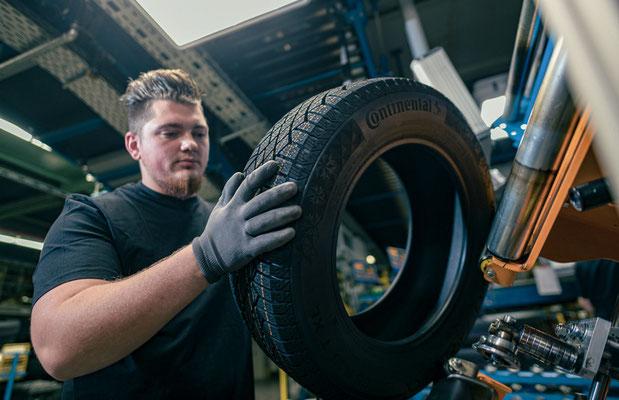 Corporate Fotografie ein Mitarbeiter prüft einen Autoreifen in der Reifenproduktion Automobilindustrie Industrie Unternehmensfotografie Arbeitsplatz
