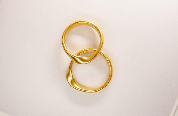 Schwere, gedrehte Ringe in 900/- Gelbgold. Paarpreis: 2440,-